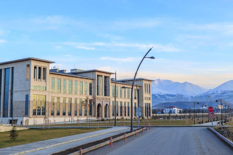 La oficina del presidente de la universidad técnica de Erzurum con paladoken las montañas en Erzurum, Turquía imagen de archivo