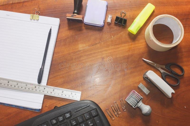 La oficina suply con las tijeras del sello acorta los accesorios equipo y cinta de la regla en la visión superior fotografía de archivo