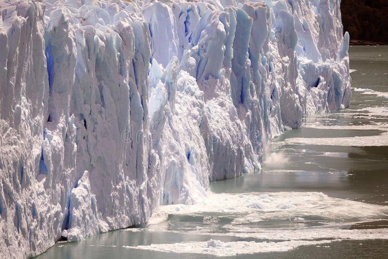 La onda después de que se derrumbara el pedazo de hielo como el Perito Moreno Glacier avanza en el parque nacional del Los Glacia imágenes de archivo libres de regalías