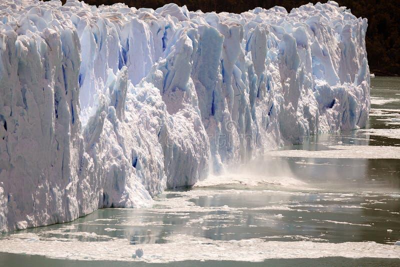 La onda después de que se derrumbe el pedazo de hielo mientras que el Perito Moreno Glacier avanza en el parque nacional del Los  fotos de archivo