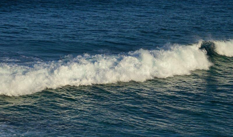 La onda y la espuma blancas grandes indican en el océano hermoso de la turquesa fotografía de archivo libre de regalías