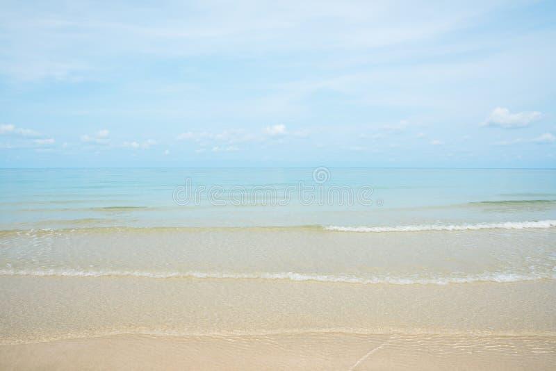 La onda y la orilla de Gentel se rompen en la playa arenosa fotos de archivo libres de regalías