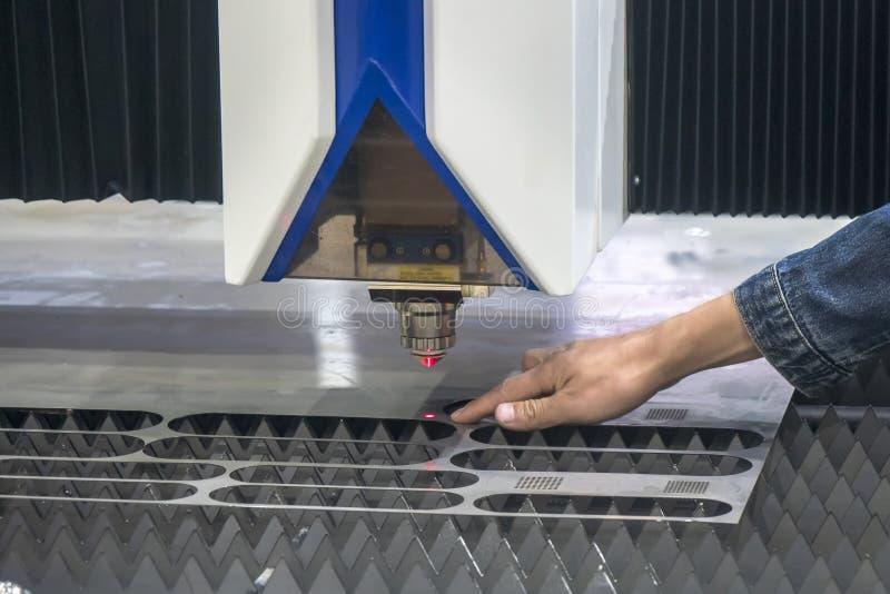 La operación peligrosa con la cortadora del laser del CNC imagen de archivo