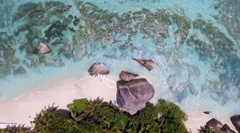 La opinión aérea de arriba la gente que se relaja en una isla maravillosa sea imagen de archivo libre de regalías