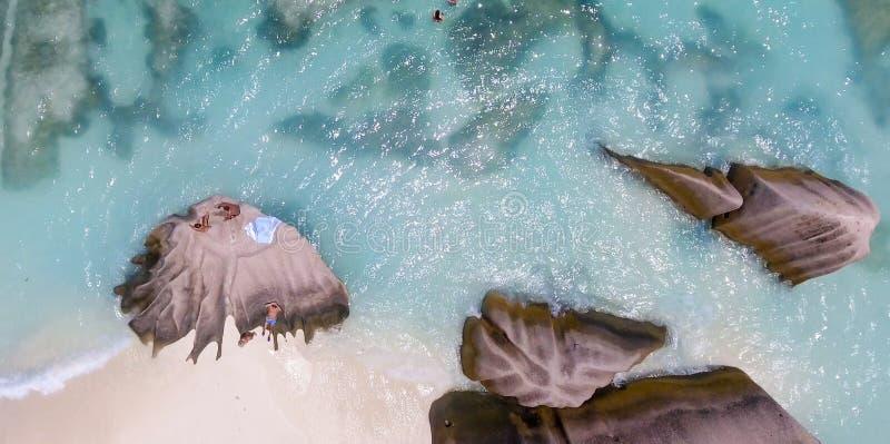 La opinión aérea de arriba la gente que se relaja en una isla maravillosa sea imagen de archivo