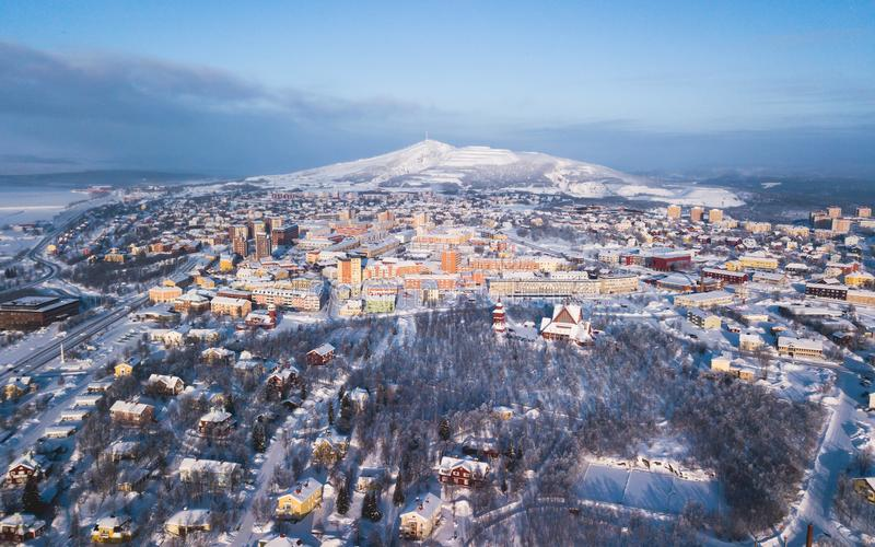 La opinión aérea de Kiruna, la ciudad más situada más al norte del invierno de Suecia, provincia de Laponia, imagen soleada del i fotografía de archivo libre de regalías