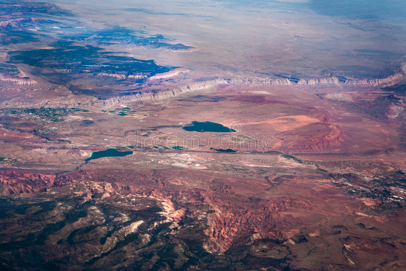 La opinión aérea de la montaña del desierto imagenes de archivo