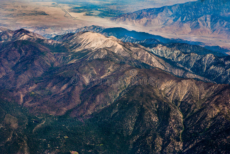 La opinión aérea de la montaña grande fotos de archivo