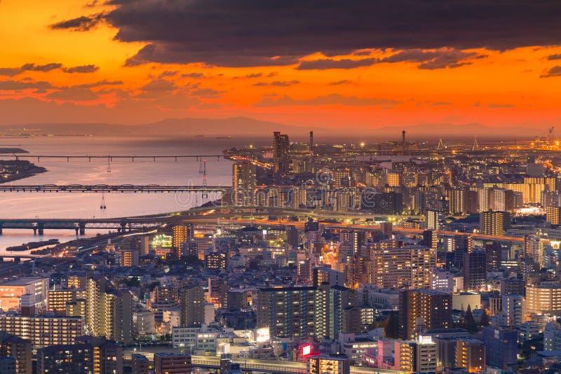 La opinión aérea del tono dramático de la puesta del sol apretó la ciudad de Osaka imagen de archivo