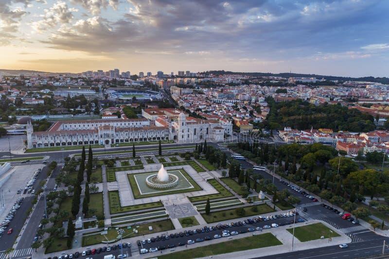 La opinión aérea Imperio Square Praca hace Imperio y el monasterio de Jeronimos en la ciudad de Lisboa en la puesta del sol; fotografía de archivo
