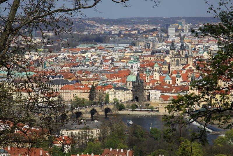 La opinión aérea la ciudad y Charles Bridge de Praga de la colina de Petrin fotografía de archivo