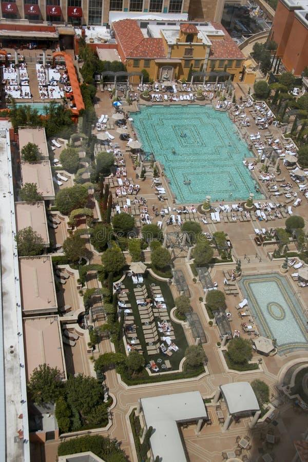 La opinión aérea sobre el tejado veneciano del hotel colocó la piscina fotos de archivo