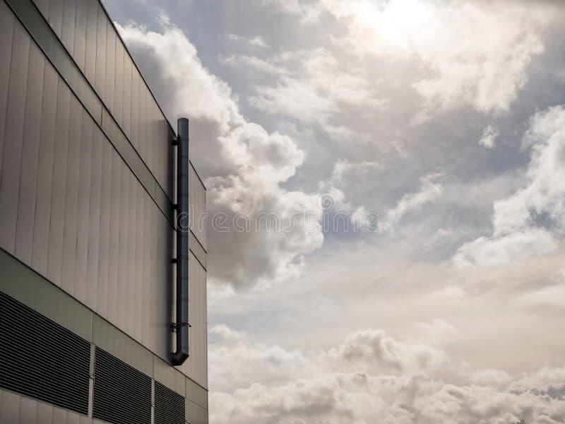 La opinión brillante del día soleado de la contaminación por la planta de fábrica industrial instala tubos fotos de archivo libres de regalías