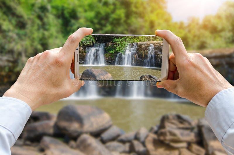La opinión cosechada del tiro del ` s del hombre da la fabricación de la foto en el teléfono móvil foto de archivo