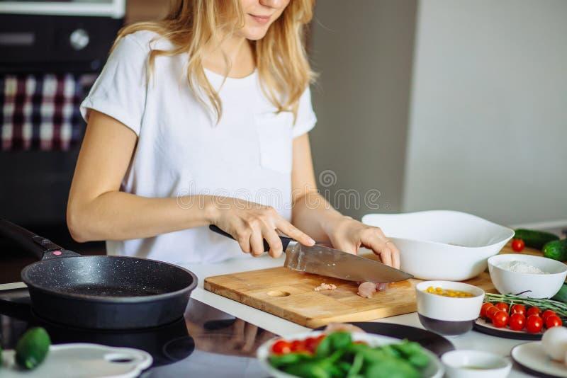La opinión cosechada la mujer da la carne de vaca del corte en tabla de cortar fotografía de archivo