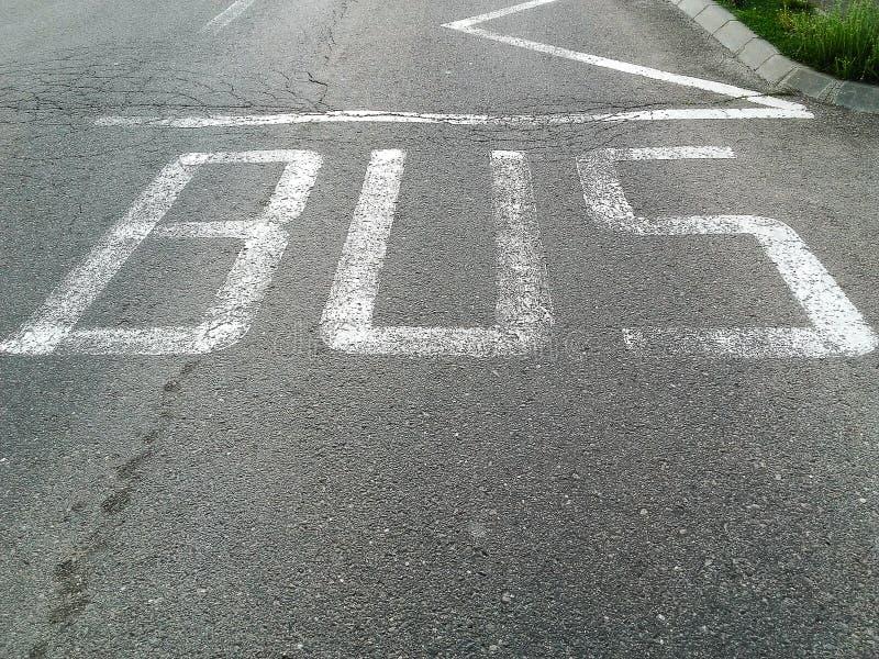La opinión de alto ángulo del autobús para la placa de calle de la estación fotos de archivo libres de regalías