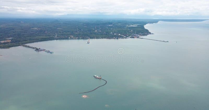 La opinión de alto ángulo muestra la ciudad costera imagen de archivo
