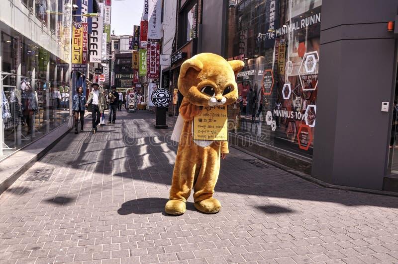La opinión de la calle de Myeongdong, es sobre todo un área comercial foto de archivo