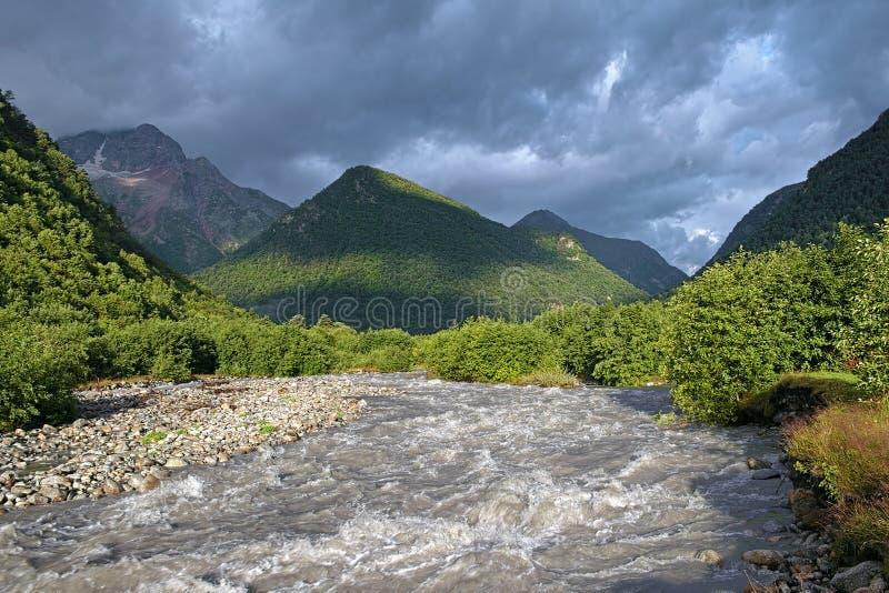 La opinión de la mañana del río de Khares y Kubus montan, el Cáucaso, Rusia fotografía de archivo libre de regalías