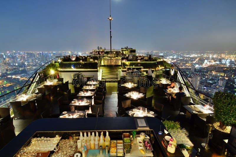 La opinión de la noche de la barra de la luna Bangkok, Tailandia fotos de archivo