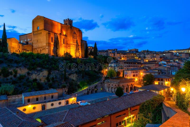La opinión de la noche de Siena y de la basílica de San Domenico Basilica Cateriniana es iglesia de la basílica en Siena fotos de archivo
