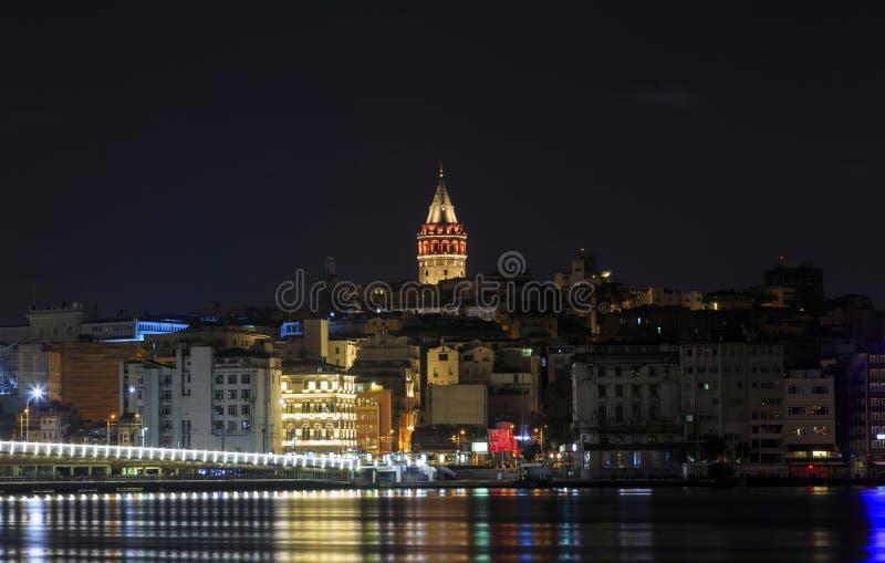 La opinión de la noche del puente de Galata y Galata se elevan foto de archivo libre de regalías