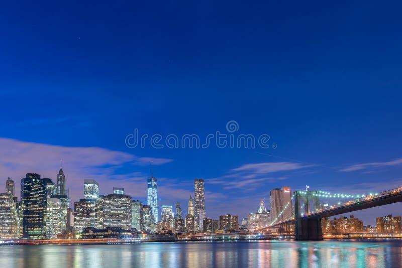 La opinión de la noche del puente de Manhattan y de Brooklyn fotografía de archivo libre de regalías