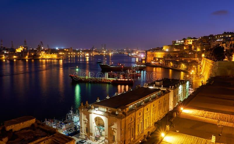 La opinión de la noche del puerto magnífico con los buques de carga amarró cerca fotos de archivo libres de regalías