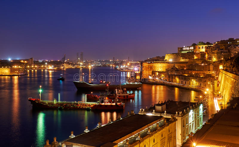 La opinión de la noche del puerto magnífico con los buques de carga amarró cerca fotografía de archivo libre de regalías
