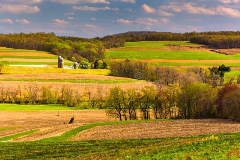La opinión de la primavera de los campos de Rolling Hills y de granja en York rural cuenta imagen de archivo