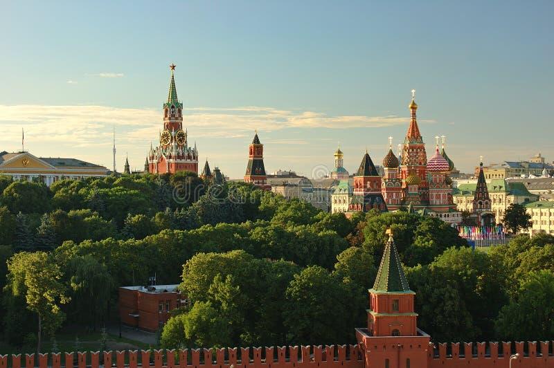 La opinión de la tarde sobre la pared del cuadrado rojo de las torres del Kremlin de la Plaza Roja de Moscú protagoniza y la igle foto de archivo libre de regalías