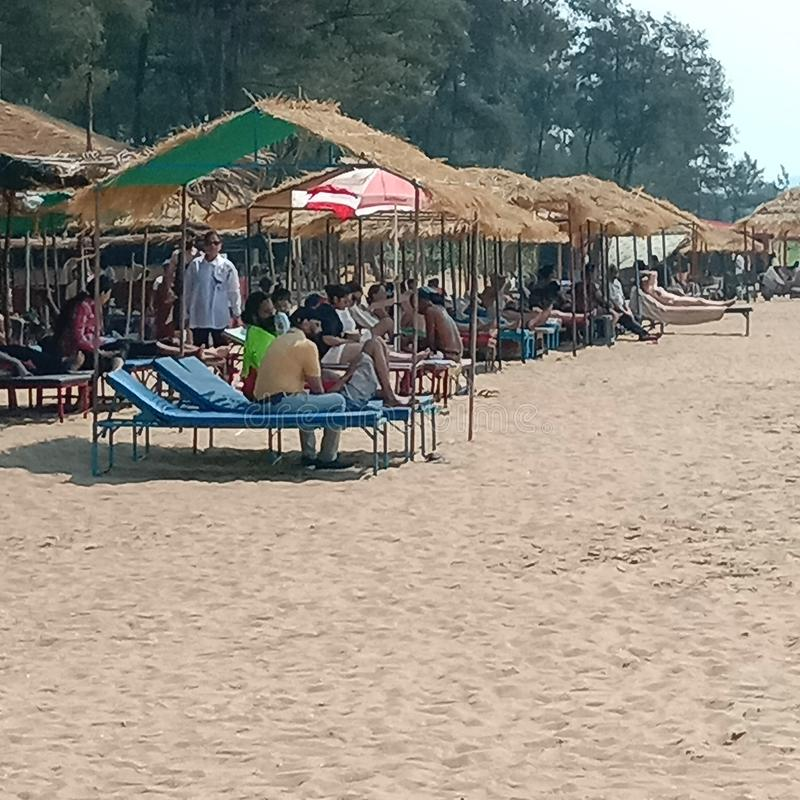 La opinión de las chozas de la playa de la playa blanca del mar de la arena - Palolem en Goa, la India imagen de archivo
