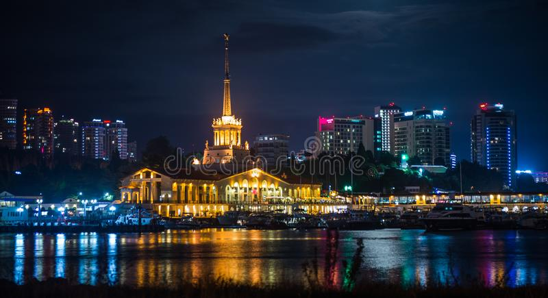 La opinión de la noche del puerto de Sochi iluminó por las luces, Rusia foto de archivo