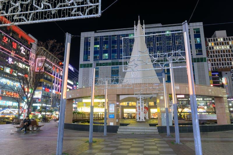 La opinión de la noche de la plaza de la fuente de Sangnam en Changwon, Gyeongsangnam-hace, Corea del Sur fotografía de archivo libre de regalías