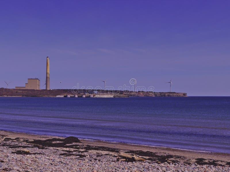 La opinión de la playa de la central térmica de carbón y las turbinas de viento 3510 imágenes de archivo libres de regalías