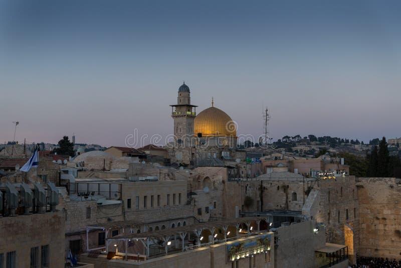 La opinión de la tarde del cuadrado delante de la pared occidental, la Explanada de las Mezquitas y el EL-Ghawanima se elevan en  fotografía de archivo libre de regalías
