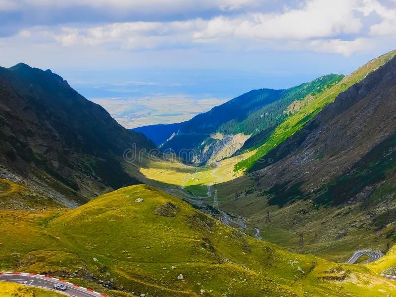 La opinión del camino de Transfagarasan, Rumania, horquilla dobla fotografía de archivo libre de regalías
