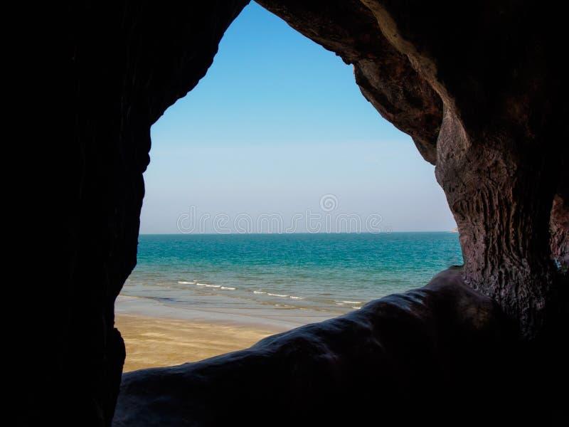 La opinión del mar de la cueva imagen de archivo