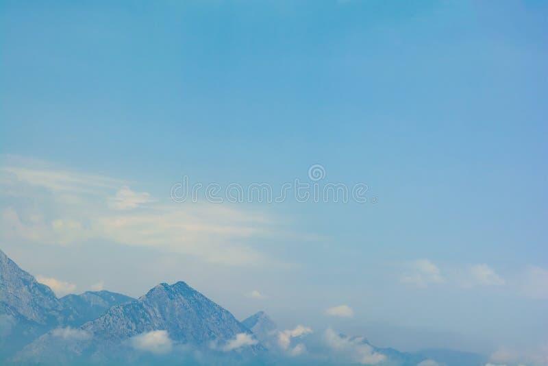 La opinión del mar sobre picos de Taurus Mountains cubrió por las nubes bajas y la niebla del barco concepto del recorrido Foco s imagen de archivo