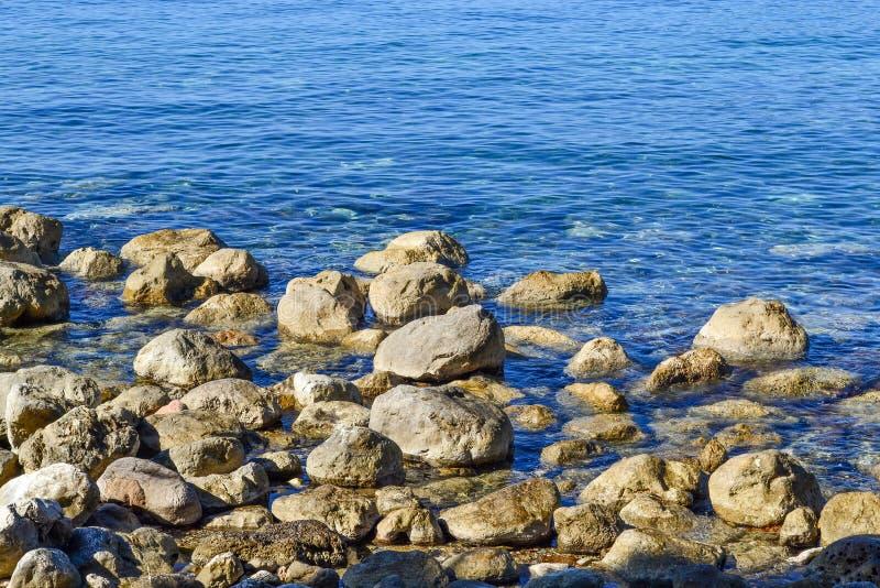 La opinión del mar Mar tranquilo y piedras grandes Agua transparente del mar adriático montenegro fotos de archivo libres de regalías