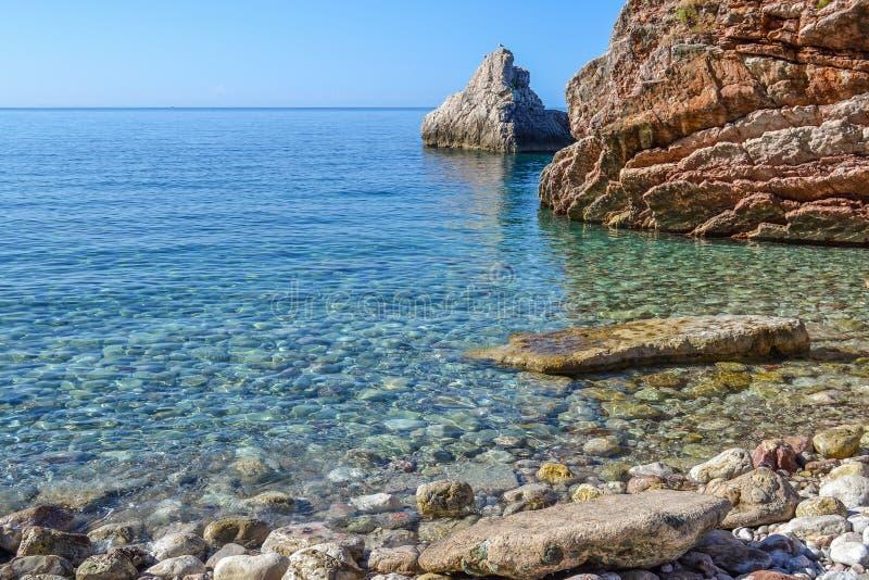 La opinión del mar Mar tranquilo y piedras grandes Agua transparente del mar adriático montenegro imágenes de archivo libres de regalías