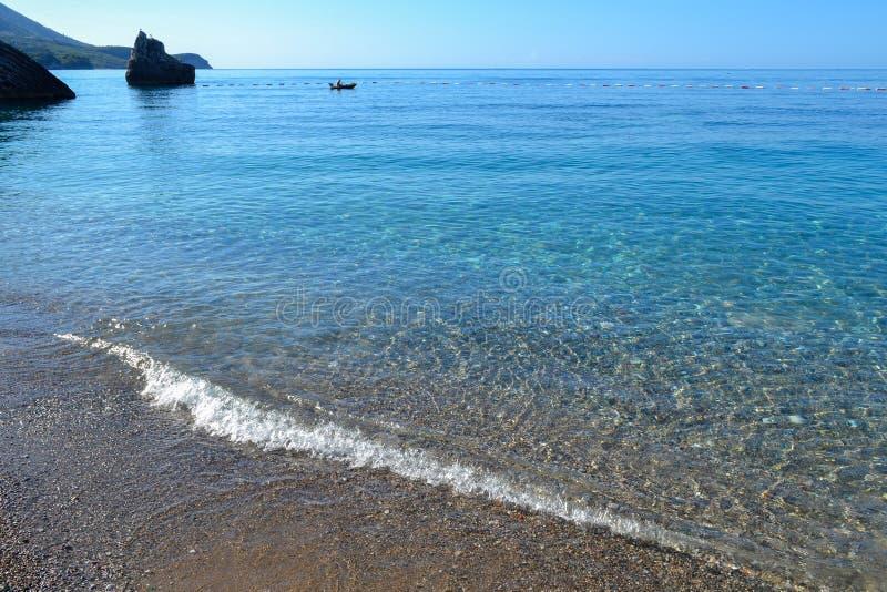 La opinión del mar Mar tranquilo y piedras grandes Agua transparente del mar adriático montenegro fotografía de archivo libre de regalías