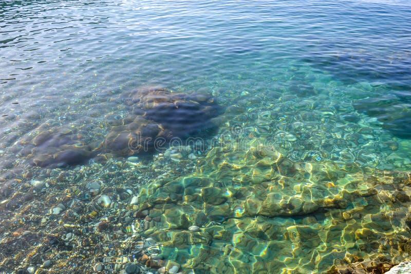 La opinión del mar Mar tranquilo y piedras grandes Agua transparente del mar adriático montenegro fotografía de archivo