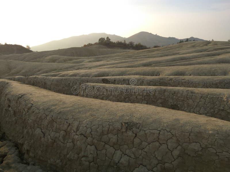 La opinión del paisaje con las hendiduras acerca a los volcanes fangosos imágenes de archivo libres de regalías