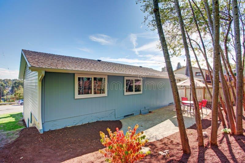 La opinión del patio del patio trasero de un azul precioso remodeló a casa fotos de archivo libres de regalías