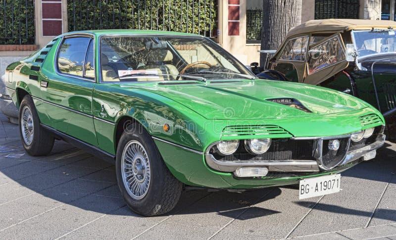 La opinión del perfil de un modelo verde Alfa Romeo Montreal del coche del vintage hermoso fabricó por el italiano Alfa Romeo imagen de archivo libre de regalías
