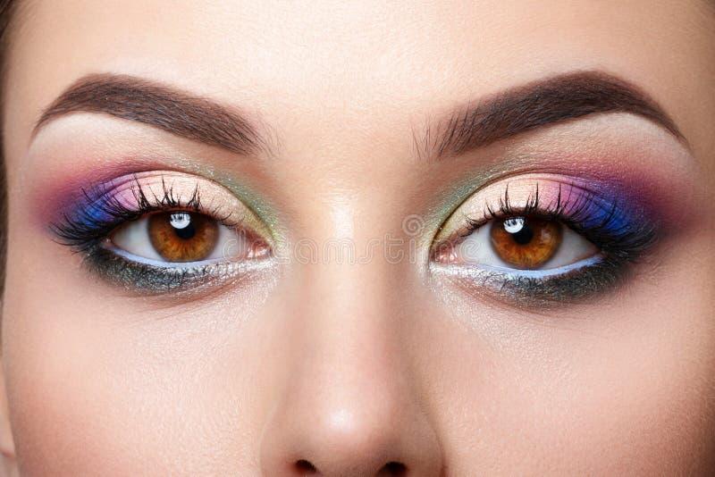 La opinión del primer la mujer observa con maquillaje de la tarde imagenes de archivo