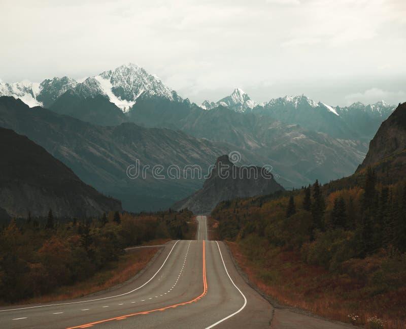 La opinión del roadtrip que parece del oeste hacia la cabeza del ` s del león en Alaska imágenes de archivo libres de regalías