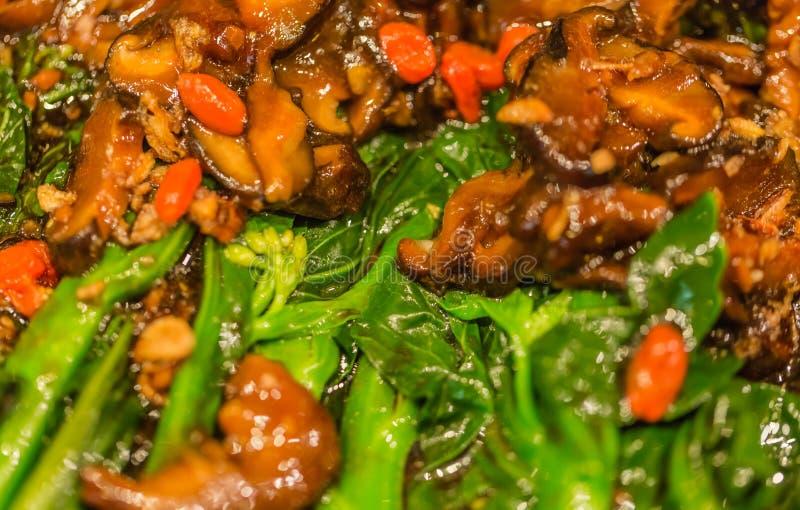 La opinión deliciosa del primer del plato, incluye el pollo de la seta y la verdura fotos de archivo