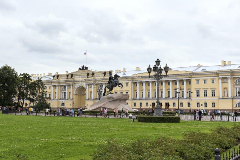 La opinión el cuadrado del senado, el edificio del senado y el sínodo, el monumento a Peter el grande St Petersburg imágenes de archivo libres de regalías